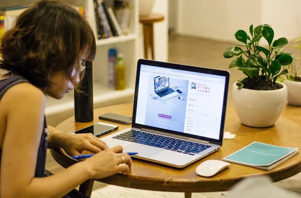 Jovem mãe empreendedora trabalhando em casa na sua mesa de jantar na sala | Foto Pixabay