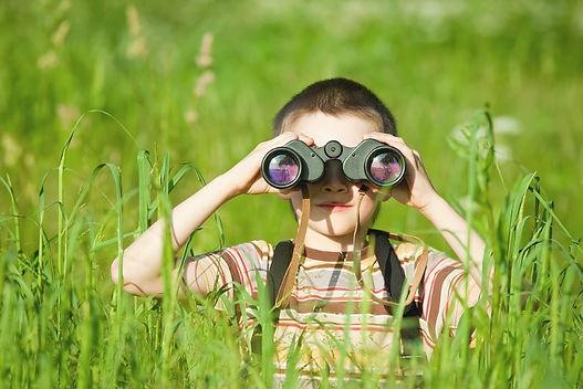 Criança Descobrindo a Natureza