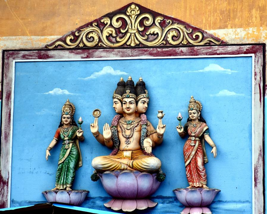 Deus Hindu Brahma ao centro, e suas esposas Gayatri e Saraswati | Foto Pixabay