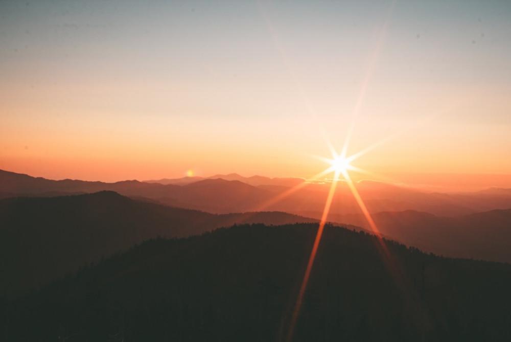 Pôr Do Sol Entre Montanhas   Foto de Ivana Cajina no Unsplash