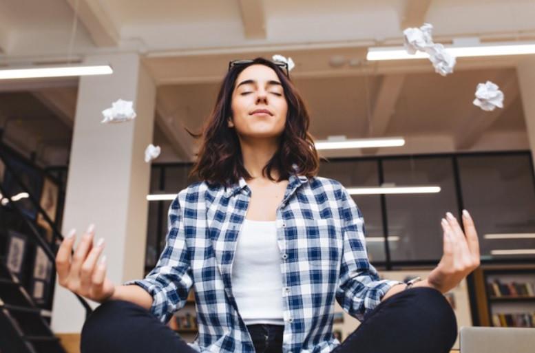 Jovem inteligente meditando, fazendo uma pausa nos estudos, para visualizar seu grande sucesso | Foto Freepik