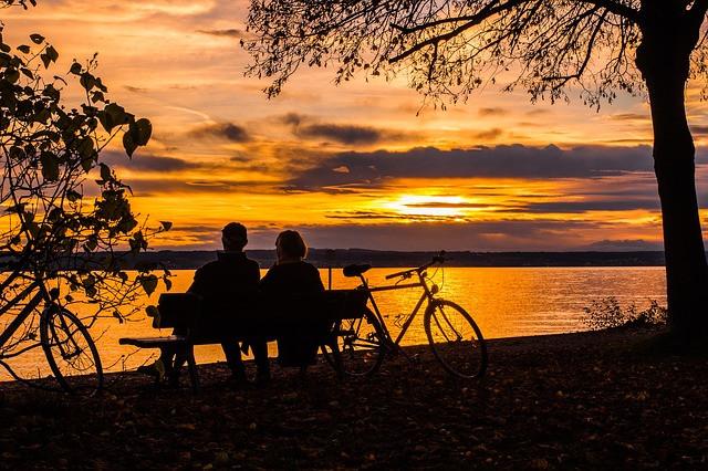 Casal contemplando o pôr do sol | Foto Pixabay