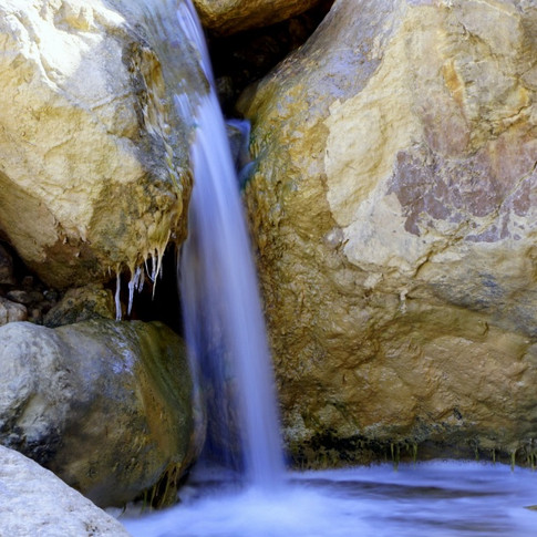 Cascata entre rochas