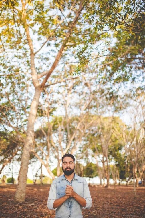 Homem em oração | Foto de Naassom Azevedo no Unsplash