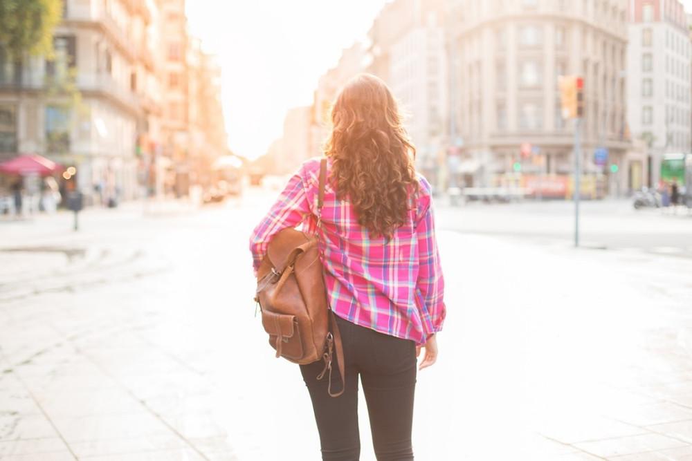 Moça andando na calçada | Foto Freepik