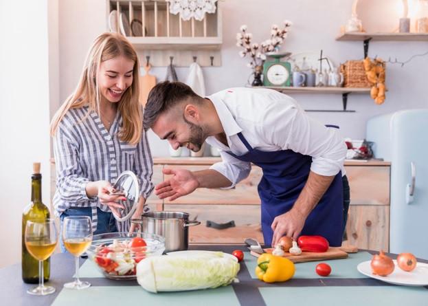 Casal na cozinha preparando a janta juntos   Foto Freepik