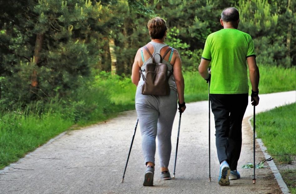 Casal caminhando no parque como desporto | Foto Pixabay