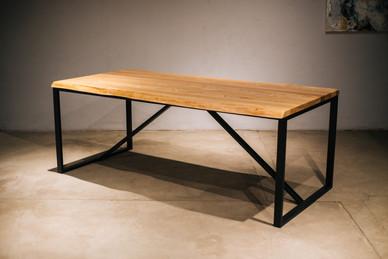 Обеденный стол со столешницей из массива ясеня