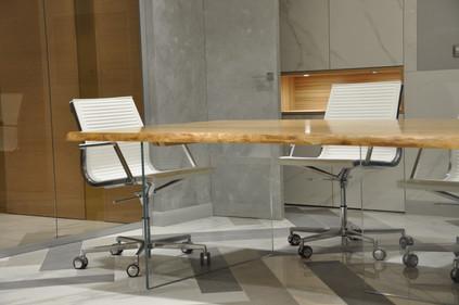 Переговорный стол с эффектом парящей столешницы.