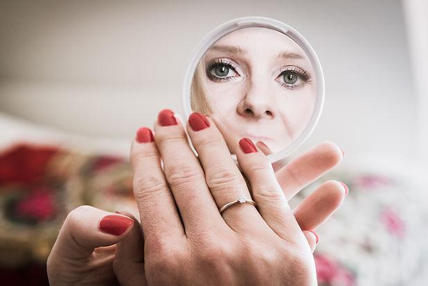 fotografia ślubna przygotowania do ślubu panna młoda w lustrze
