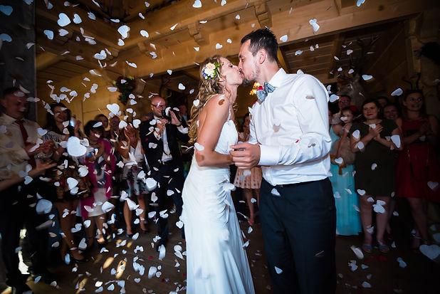 fotografia ślubna panna młoda i pan młody na przyjęciu weselnym całują się