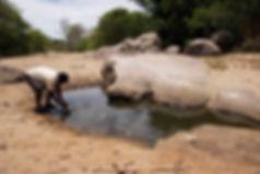 Man fetching water in Vaigai.jpg