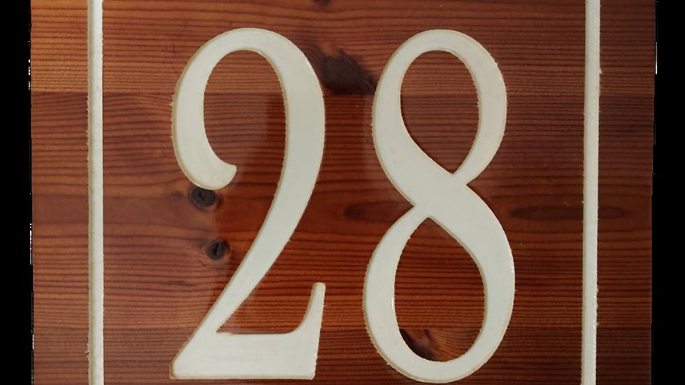 Husnummer skylt i trä
