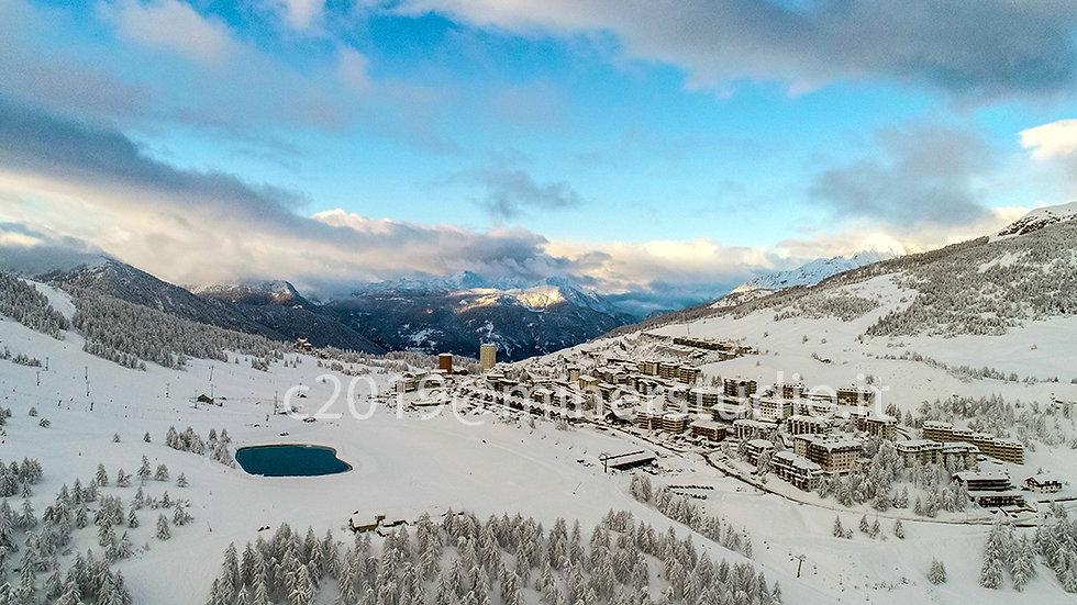 Panorama dal drone con lago