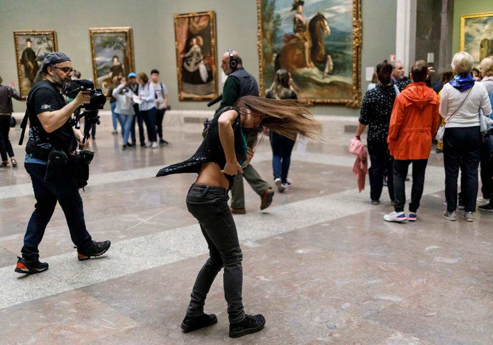 Acción Persiles. Museo del Prado.La creadora y bailarina Mónica García.  Copyright Ángel Martínez - El Instante Fundación