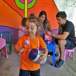 Magia en la Ludoteca: los niños le enseñaron a sus padres a transformar material reciclable en instr