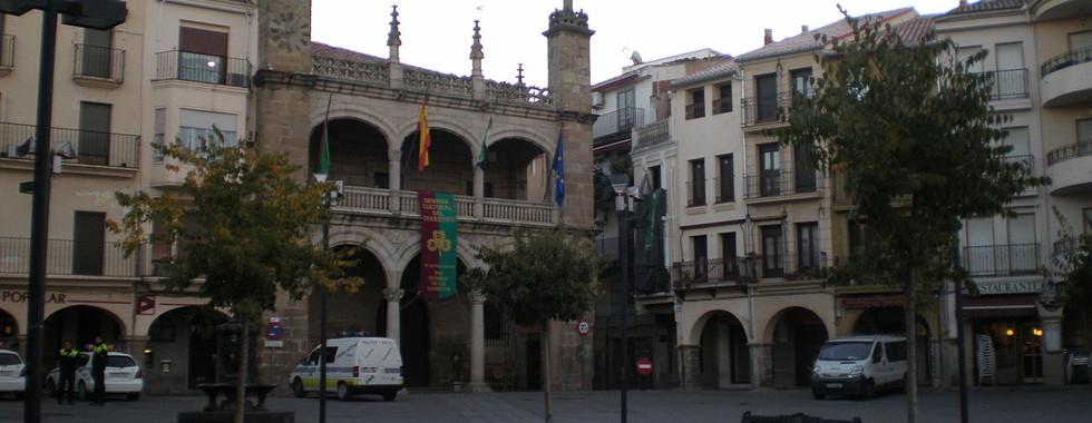 1200px-Plaza_Mayor_de_Plasencia.jpg