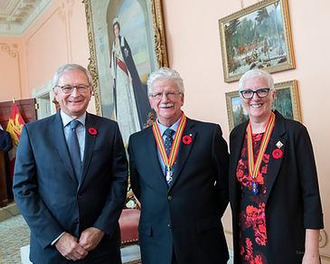 De gauche à droite : Blaine Higgs, premier ministre du Nouveau-Brunswick, Léo Johnson et Brenda L. Murphy, lieutenante-gouverneure