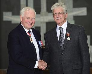 Léo Johnson reçoit une médaille de David Johnston, le Gouverneur Général du Canada
