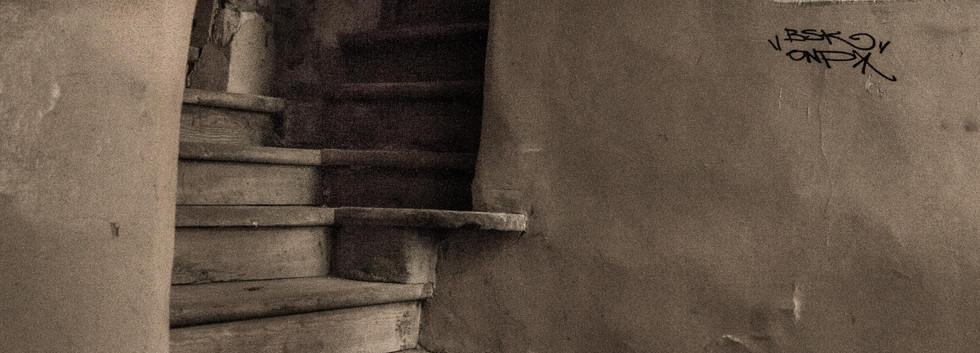 """Zdjęcie z tomiku wierszy """"Dopóki ptaki śpiewają"""" Małgorzata Chomont, 2019 r. """"Schody na strych""""  Fragment wiersza:  """"...Tak prosto czasami dostać się na szczyt, nie czując pod nogami trzęsącej podłogi. Tak prosto spojrzeć bez umiaru w niebo, przez okna pozbawione pajęczej zasłony...ale czy dusza pragnie takiego uproszczenia?..."""""""