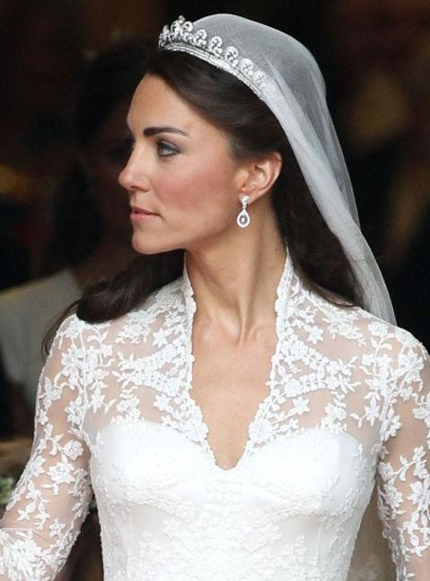 4e3d9c4635ef ... για το νυφικό της. Πώς όμως συνδύασε τα κοσμήματά της  Ένα ζευγάρι  μακρυά pear shapped διαμαντένια σκουλαρίκια ολοκλήρωσαν το τέλειο βασιλικό  της look.