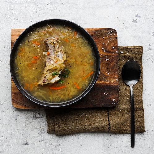 Raugintų kopūstų sriuba su kiaulienos šonkauliukais