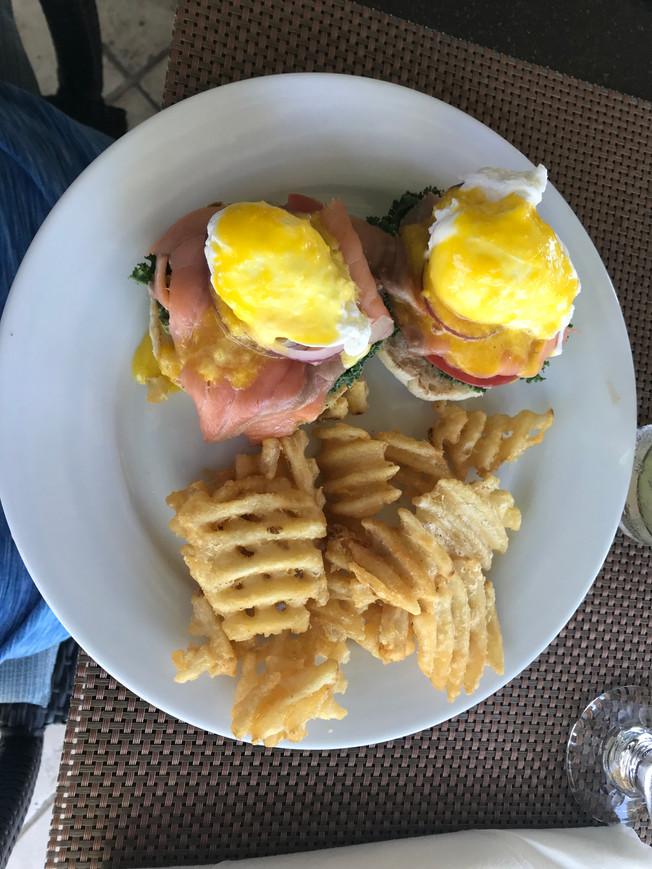 Breakfast in the Grand Isle Resort. Śniadanie w hotelowej restauracji.