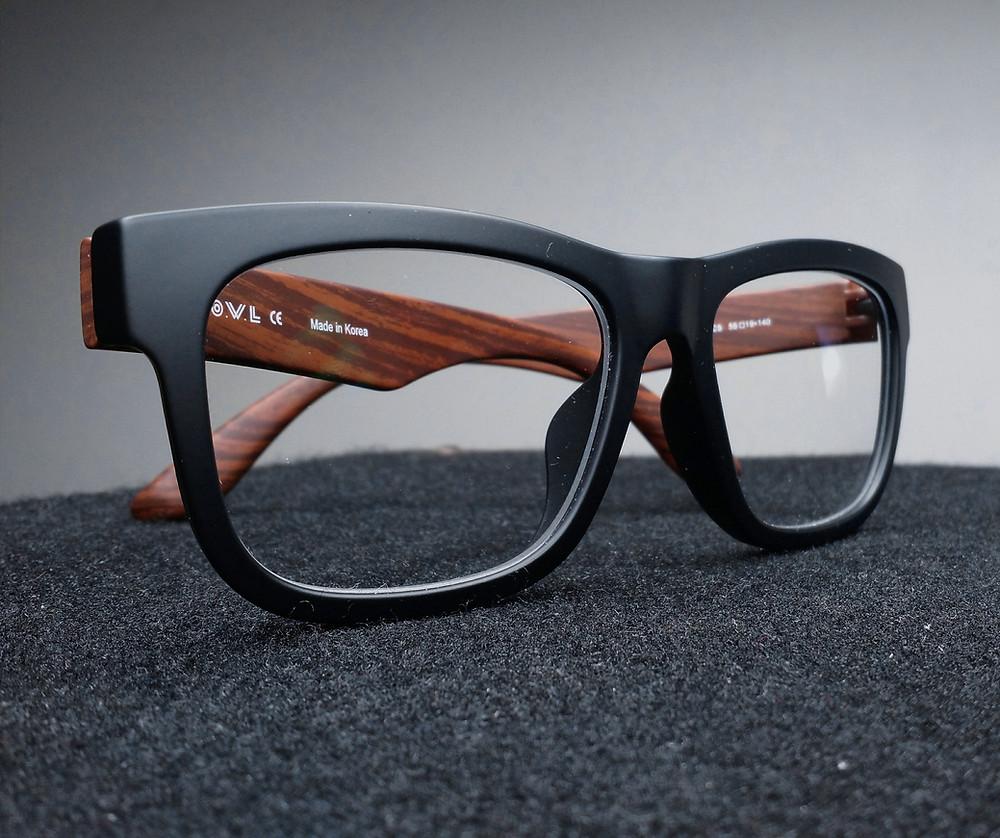 משקפי ראייה עם מסגרת שחורה