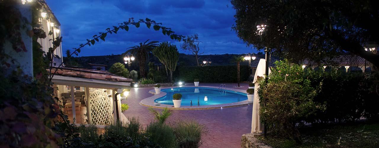 Villa Perara pool abend