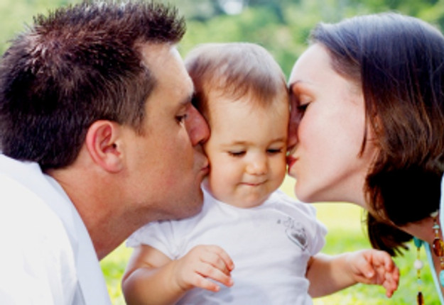 Becoming-new-parents_Mum-and-Dad-kissing-child_Mouths-of-Mums