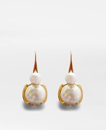 Chiquita & Pearl Earrings, in gold.
