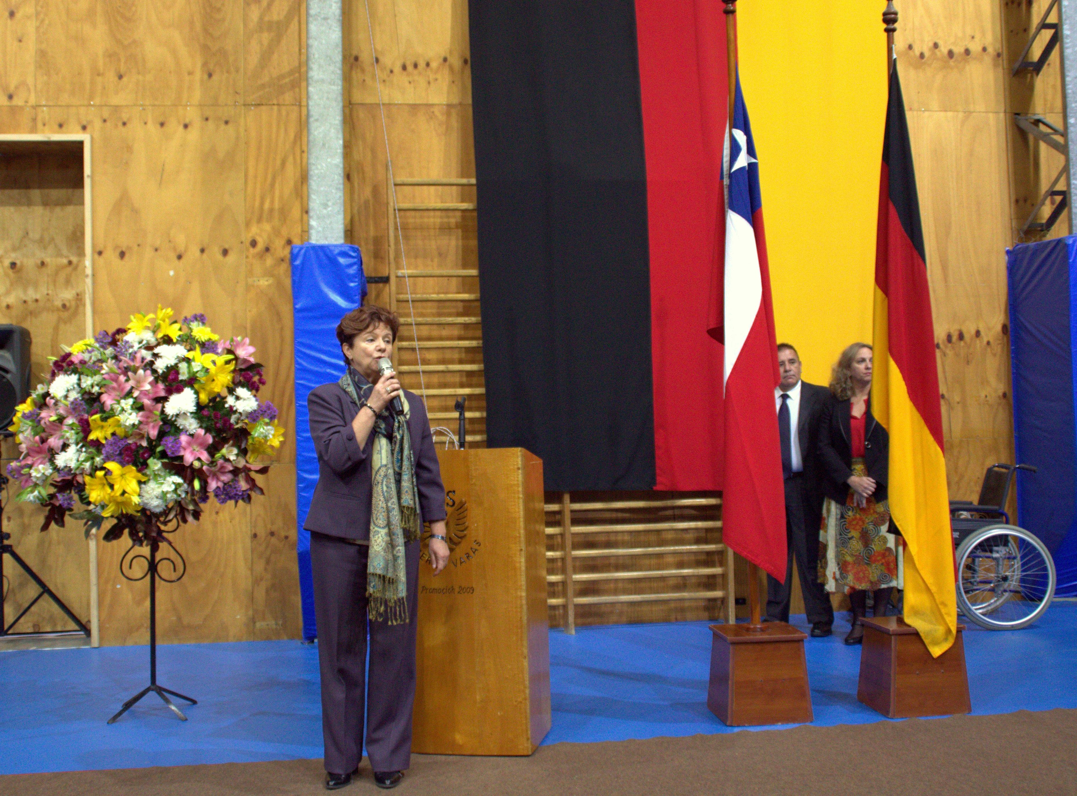 M. Eugenia Niemeyer con banderas en ceremonia padrinos