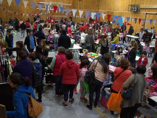 Exitosa versión para Feria de las Pulgas: una cincuentena de mesas en el Gimnasio