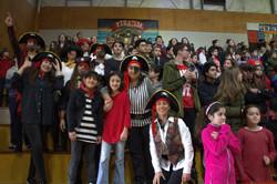 Piratas felices en la barra