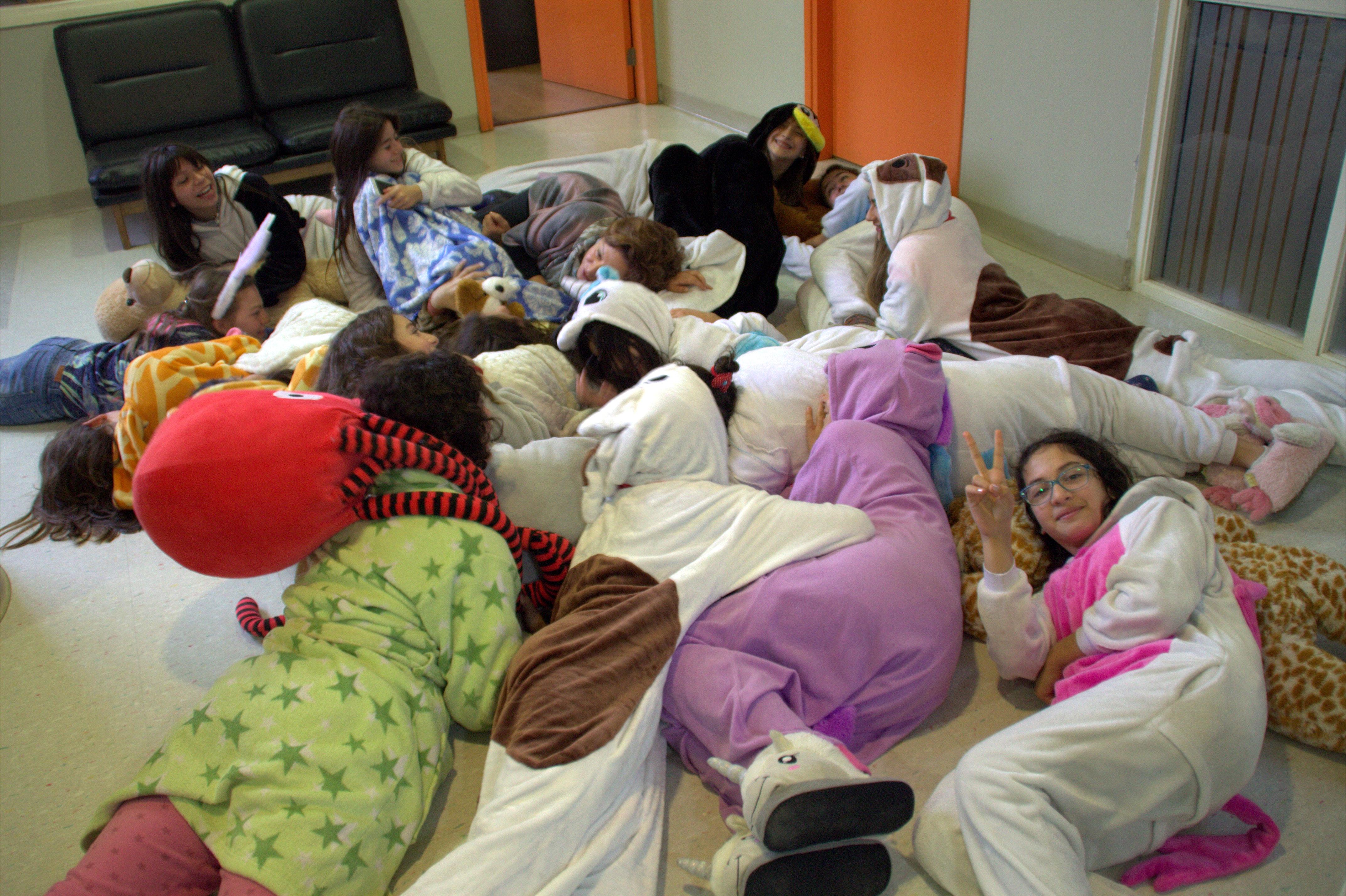7todas en la pijamada, incluida la rectora, en merecido descanso