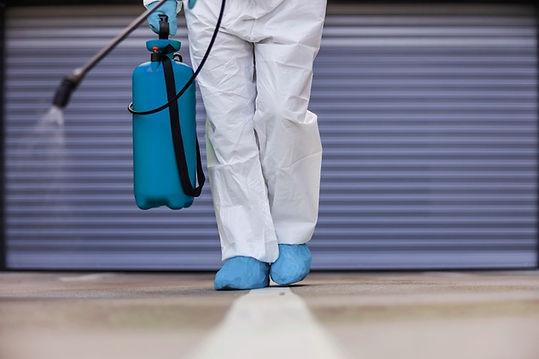 hombre-que-sostiene-rociador-desinfectan