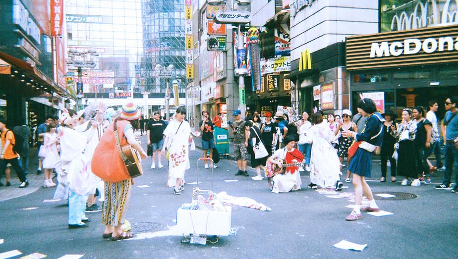 2017年 7月15日 百鬼夜行渋谷アタック大作戦!  このよのはる拠点での自主企画、百鬼夜行渋谷アタック大作戦! その名の通り、妖怪になり、渋谷の街を練り歩きながらゲリラ的パフォーマンスを行う。 各方面、様々なジャンルのアーティストを呼び、ジャンルの壁を超えたおまつりを体験、共有。 練り歩き後、ギャラリーにてアーティストの本気パフォーマンスショーを開く。 今のきもち。感覚の全てをささげる!