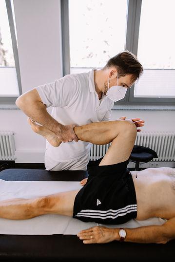 Osteopathiebehandlung am Bein