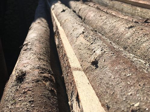 Flækkede granrafter med bark