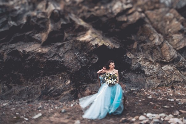 Невеста на фоне скал.