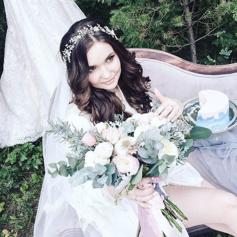 Прекрасная довольная невеста