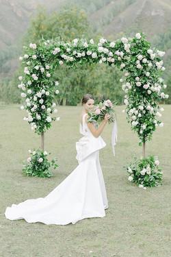 Арка. Невеста. Букет.