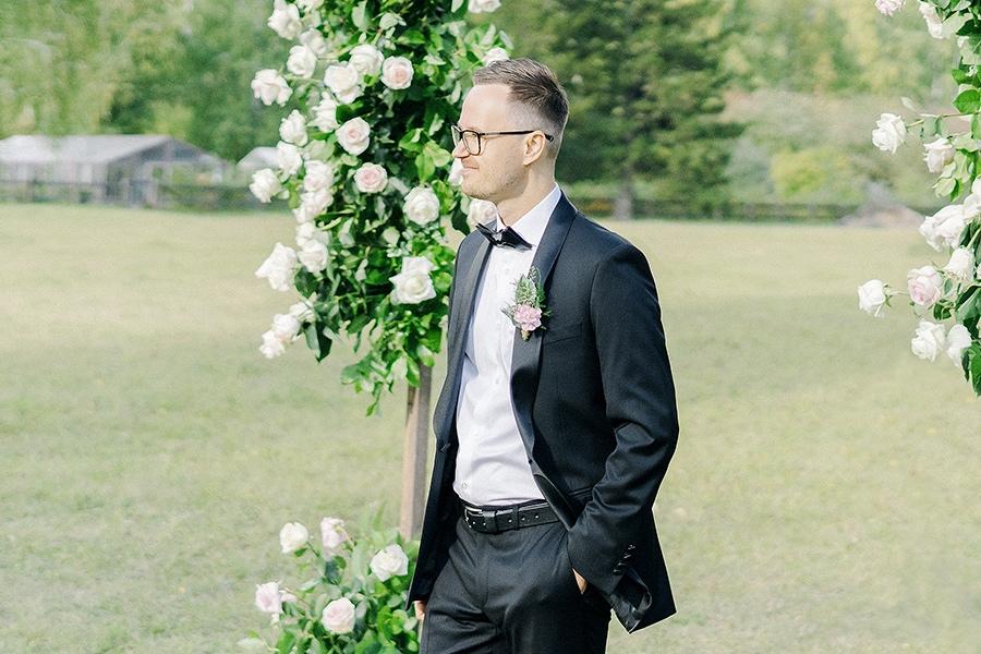 Жених в ожидании своей невесты.