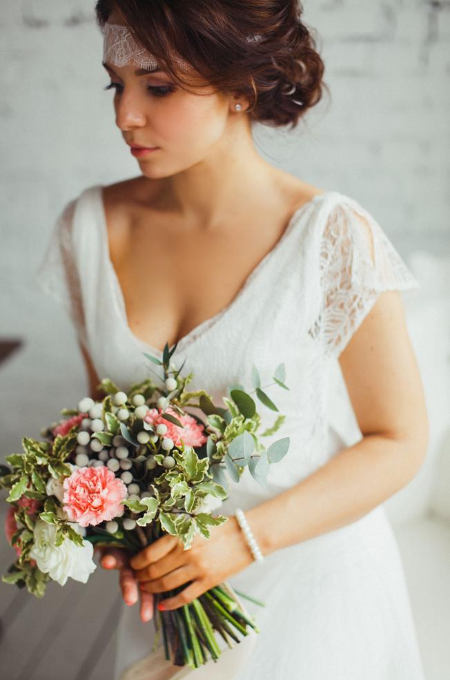 Модель в образе невесты.
