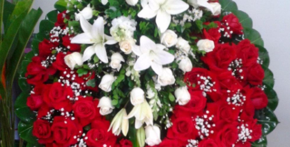 Corona con rosas y lilium con cabezal