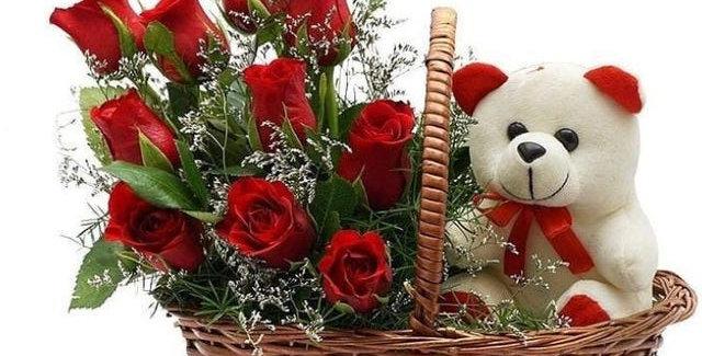 Cesta con rosas y peluche