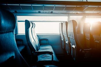 sieges-vides-par-fenetre-train_1359-1048
