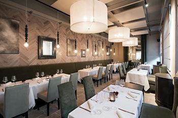 interieur-restaurant-haut-gamme-moderne_