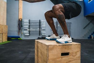 homme-athletique-faisant-exercice-saut-b