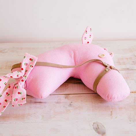 cavalo de pau de brincar em tecido rosa com florinhas